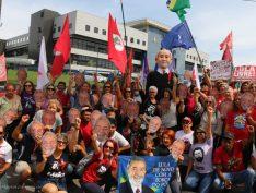 Depois de quase três horas de interrogatório, Lula é levado de volta à sede da PF