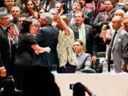 """Após dizer que líder do PSL tem que """"sair na porrada"""", Alexandre Frota agride ativista do PSol em diplomação"""