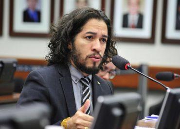 Jean Wyllys presta solidariedade à Fórum e manda Bolsonaro cuidar dos seus escândalos