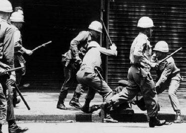 Eduardo Bolsonaro sinaliza revisão histórica sobre ditadura nos livros escolares