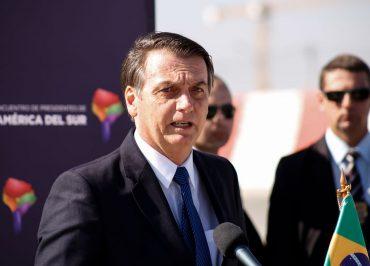 Bolsonaro diz que Maia se comporta como uma namorada que quer ir embora