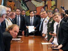 Cercado por generais, Bolsonaro entrega proposta da Previdência dos militares
