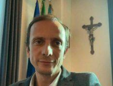 Liderança da extrema direita italiana que faz campanha antivacinas pega catapora