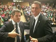 Delegado Waldir diz que Flávio Bolsonaro e Queiroz devem aguardar PF com cafezinho