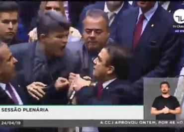 Deputados se agridem após matéria sobre R$ 40 milhões para aprovar Previdência repercutir na Câmara