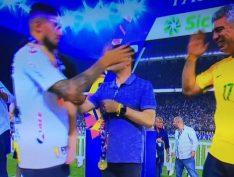 De camiseta da CBF com número 17, Major Olímpio (PSL) entrega medalhas ao Corinthians