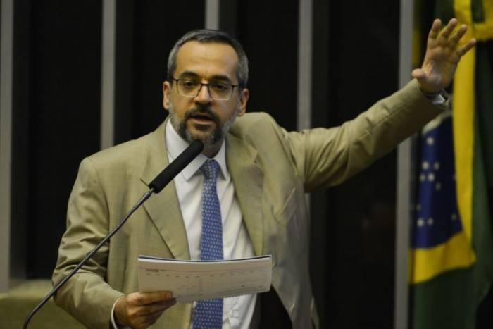 Ministro da Educação compara droga em avião da FAB com peso de Lula e Dilma
