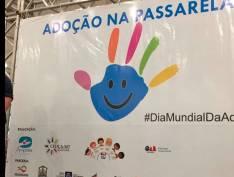 Crianças aptas à adoção desfilam para pretendentes a pais em passarela de shopping em Cuiabá