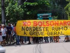 Bolsonaro usa helicóptero para driblar protestos no Recife