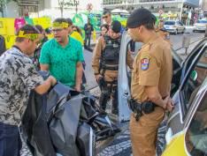 VÍDEO: Manifestantes pró-Bolsonaro arrancam faixa em defesa da educação na UFPR