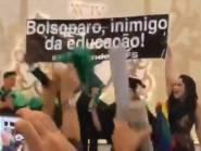 """VÍDEO: Formandos de Medicina da Federal do Sergipe protestam: """"Bolsonaro inimigo da Educação"""""""