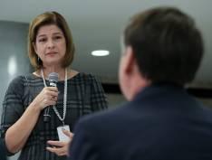 Delis Ortiz, da Globo, dá Bíblia a Bolsonaro e agradece em nome dos jornalistas por entrevista que não pode ser gravada