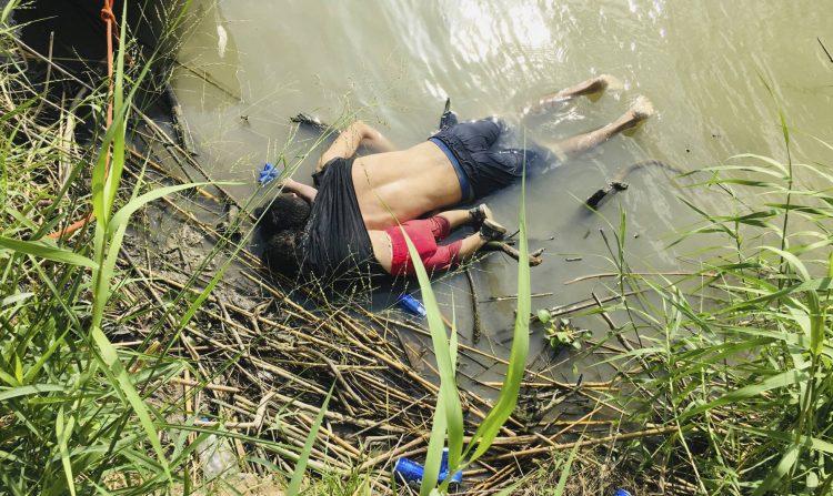 A foto que chocou o mundo: pai e filha bebê morrem afogados na fronteira mexicana