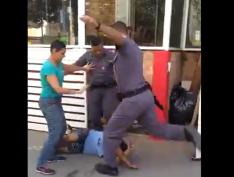 VÍDEO: Policiais militares espancam carroceiro na Zona Oeste de SP