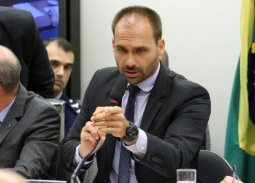 Caso vire embaixador nos EUA, Eduardo Bolsonaro quer Olavo de Carvalho como conselheiro