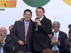 """Em cerimônia pública, Bolsonaro diz a presidente do Senado: """"Apesar da gravata cor de rosa é meu amigo"""""""