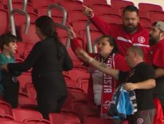 Mãe e filho são agredidos em jogo de futebol por torcedores de time rival.