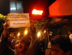 MTST faz protesto em hamburgueria que usou violência contra mulher como marketing