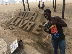 """Autor de """"Lula Livre"""" na Praia de Copacabana resiste a ameaças da Prefeitura"""