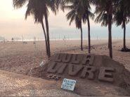 Praia de Copacabana amanhece com mensagem aos moradores e turistas