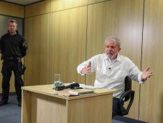 """Relação de Bolsonaro com os EUA é """"humilhante, de total subserviência"""", diz Lula"""