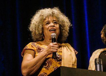Angela Davis homenageia Marielle e pede 'Lula Livre' em lançamento de autobiografia
