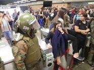 Vídeo: À paisana, soldados chilenos utilizam fuzis para dispersar manifestações
