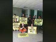 Ativistas do Greenpeace são presos na porta do Palácio do Planalto por protestos contra óleo no Nordeste
