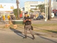 PM agride manifestante e dá tiro de fuzil durante enterro do menino Kelvin, no RJ