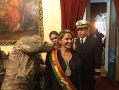 Ditadura boliviana rompe com Cuba e Eduardo Bolsonaro comemora