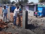 Índia constrói muro para esconder favela durante a visita de Trump