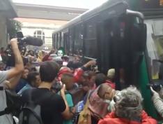 Prefeitura de SP fecha atendimento na Cracolândia e transfere acolhidos em ônibus lotado