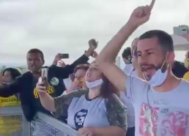Após novos ataques de bolsonaristas, Globo e Folha tiram jornalistas do Alvorada