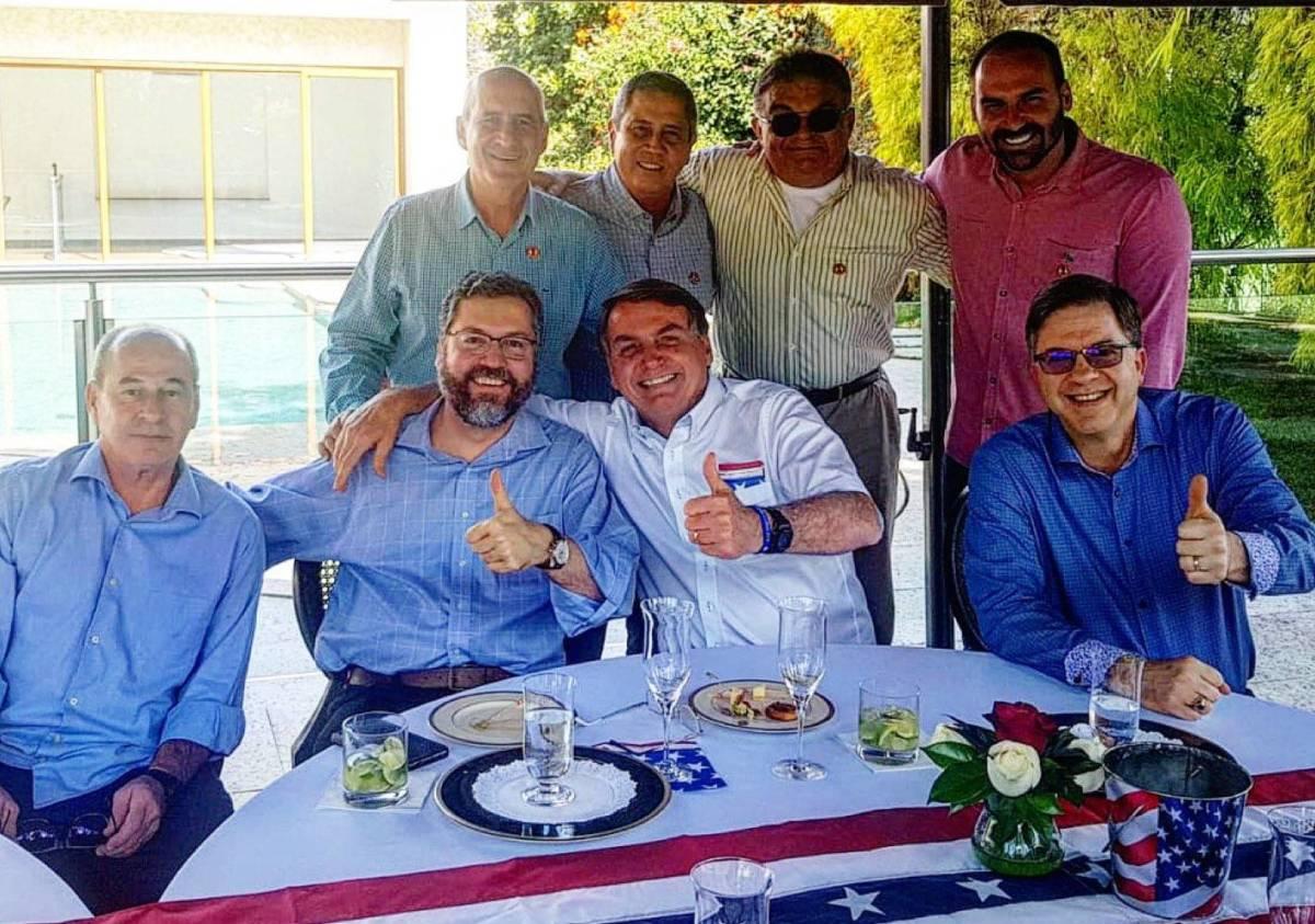 Bolsonaro participa de confraternização na Embaixada dos EUA em ...