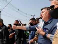 Bolsonaro recebe título de cidadão, tira a máscara e volta a causar aglomeração em visita ao litoral de SP