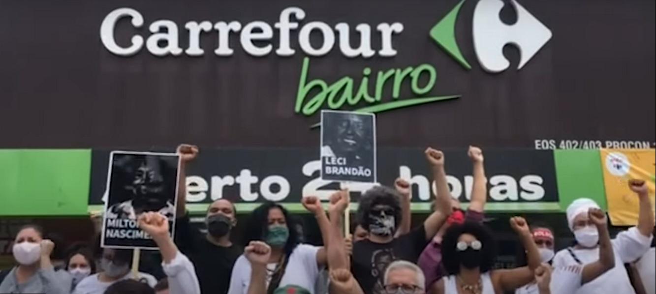 Manifestantes contra racismo e o assassinato de João Alberto Silveira na porta de loja do Carrefour, em Brasília. Foto Reprodução/YouTube