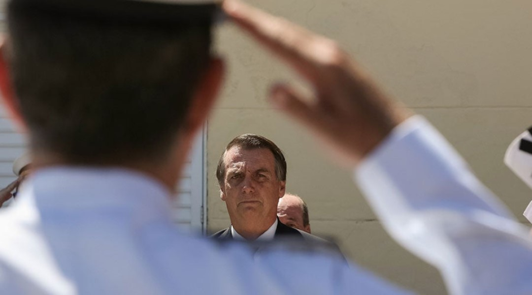 militar bate continência para Bolsonaro
