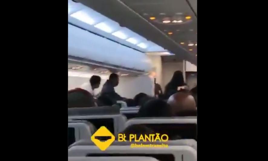 passageira máscara aeronave