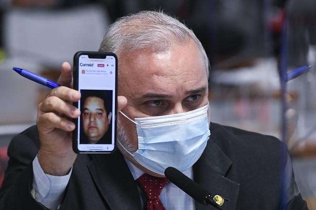 """Senador Jean Paul mostra foto do """"super-homem"""" na CP"""